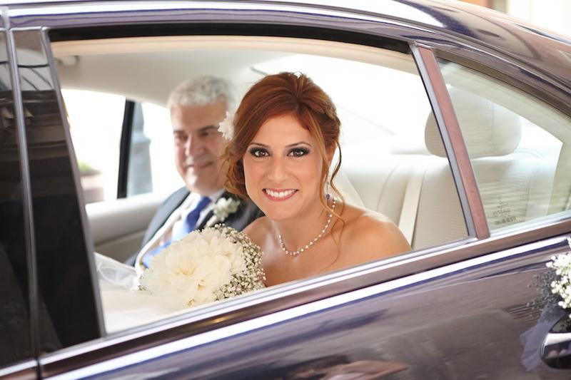 novia-en-el-coche-de-boda-con-su-padre
