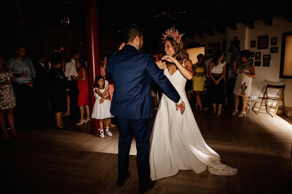 cambio de peinado durante la boda coleta y corona