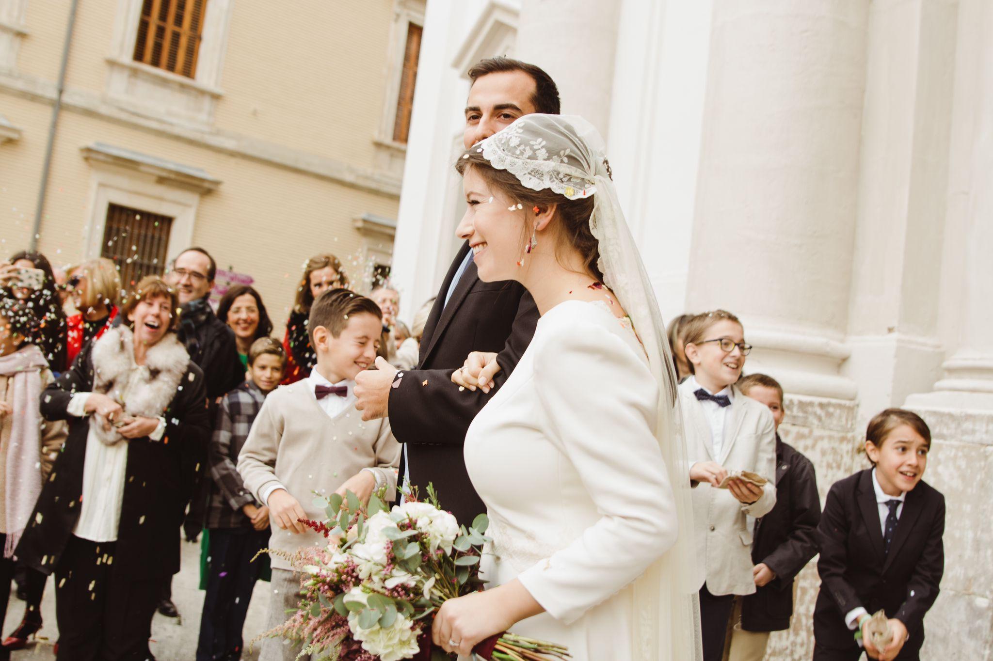 novia con mantilla como llevar la mantilla eva pellejero 24