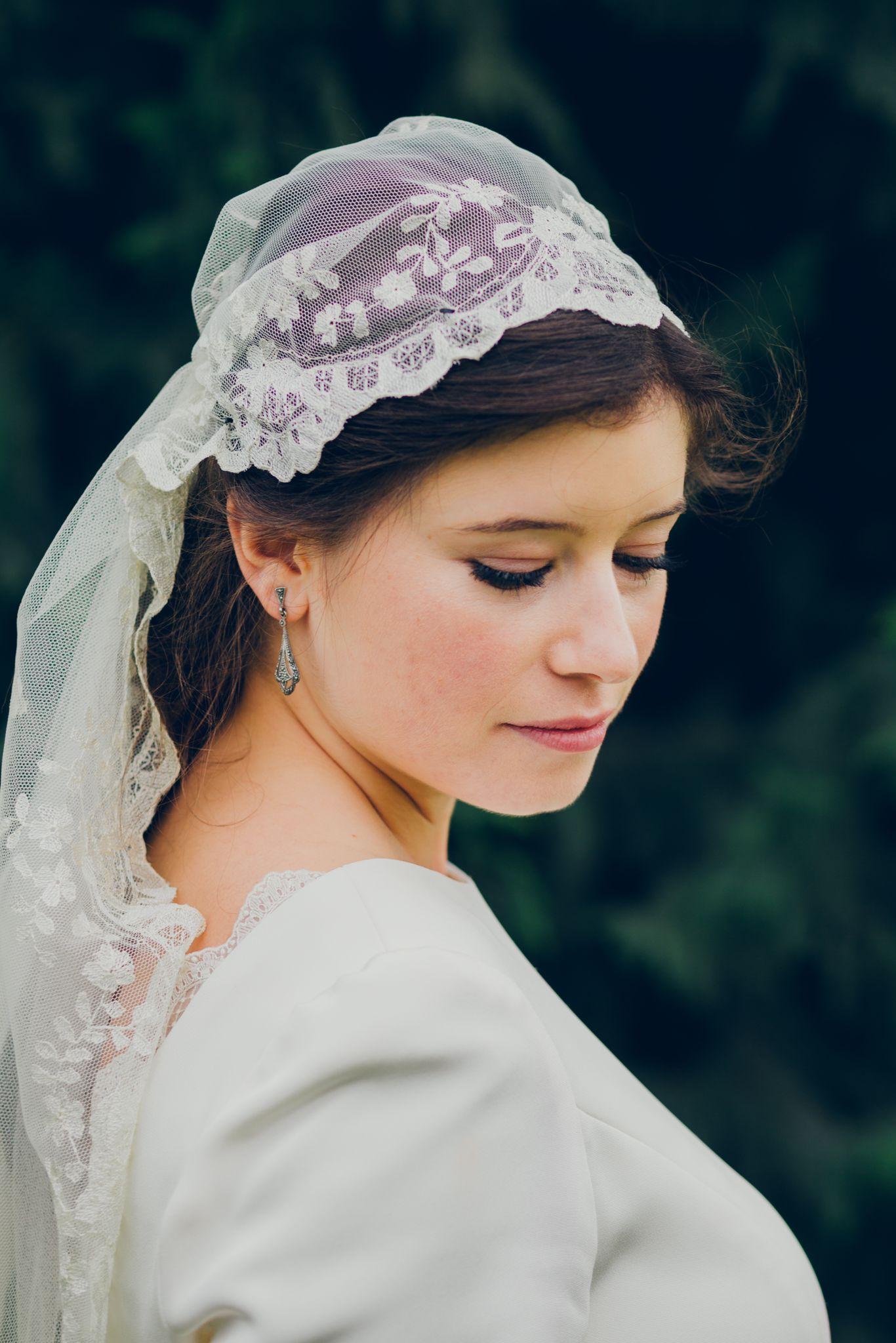 novia con mantilla como llevar la mantilla eva pellejero 4